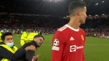 """Un fan a invadat terenul și s-a dus """"țintă"""", în mare viteză, către Ronaldo. Cum a reacționat Cristiano"""