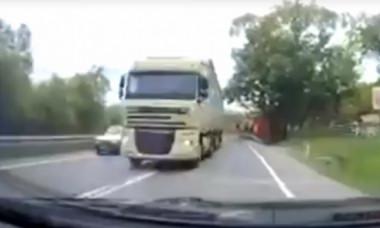 Depăşire extrem de periculoasă făcută de şoferul unui TIR