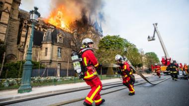 Pompierii care au luptat cu flăcările la Catedrala Notre-Dame, recompensaţi de PSG