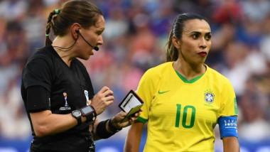 """""""Explicația genială"""" a fotbalistei care a intrat pe teren dată cu ruj roșu aprins. Marta a scris istorie"""