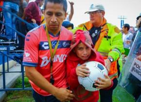 Scene de violență extremă la un meci de fotbal din Mexic. Au fost zeci de răniți