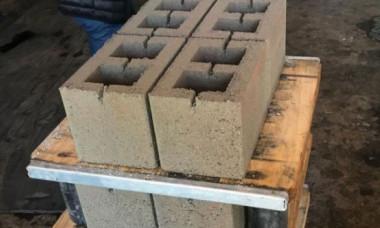 Doi români au inventat şi produc un nou tip de cărămidă. Cât costă materialul mult mai rezistent