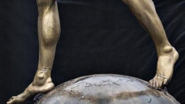 """Au mers cu un fierăstrău la statuia """"trădătorului"""". Fotbalistul care a ajuns din idol dușman de moarte. FOTO"""