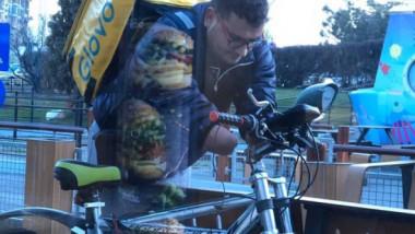 Cine este românul fără mâini, care livrează mâncare pe bicicletă. A fost fugărit de jandarmi cu bastoane