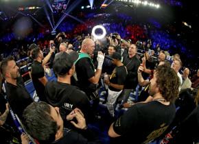 Moment incredibil cu Tyson Fury, după ce și-a învins adversarul prin K.O.! Ce a cântat împreună cu fanii săi