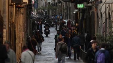 Cum sfidează Napoli toată Italia. Imagini cu străzi pline de oameni care nu respectă măsurile de protecție