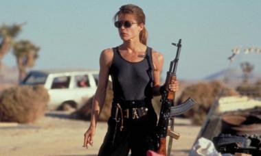 """Primul poster oficial cu Linda Hamilton în rolul neînfricatei Sarah Connor din """"Terminator: Dark Fate"""""""