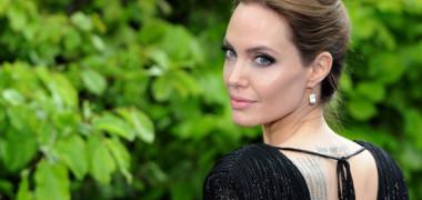 Angelina Jolie, transformare neasteptata. Cum arata cu parul blond si in haine de epoca