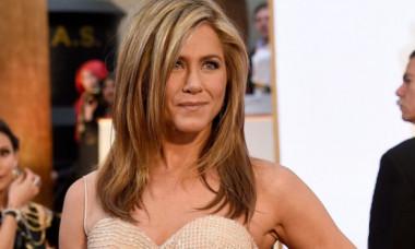 """Jennifer Aniston, pictorial topless la 50 de ani. Cum își promovează cel mai recent film, """"Murder Mystery"""""""