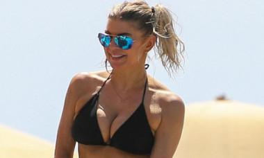 Fergie are 43 de ani, dar arată ca o puştoaică! Imagini HOT din vacanţa în Hawaii