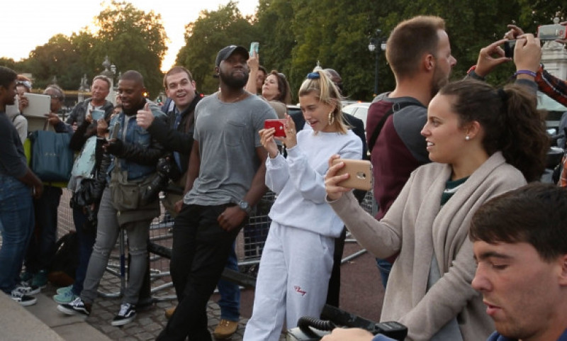 Justin Bieber Busking & serenading Hayley Baldwin Outside Buckingham Palace, London