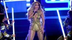 Jennifer Lopez, căzătură pe scenă. Cum a reacționat cântăreața când s-a văzut la podea – VIDEO