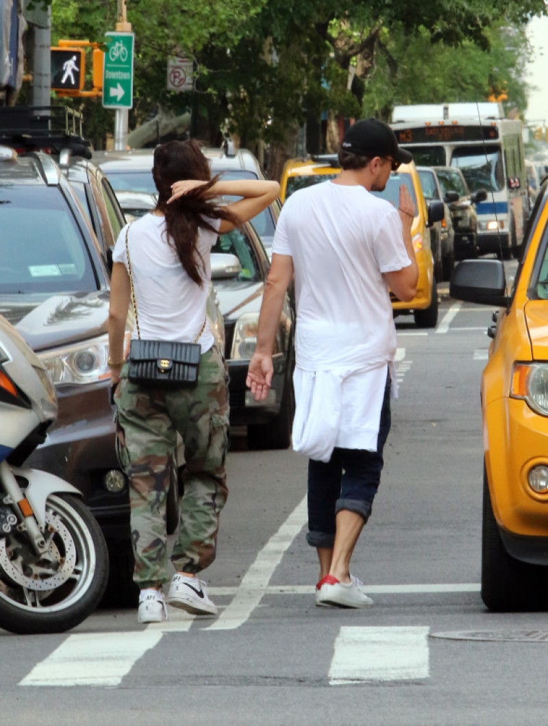 leonardo-dicaprio-camila-marrone-taxi-new-york-splash