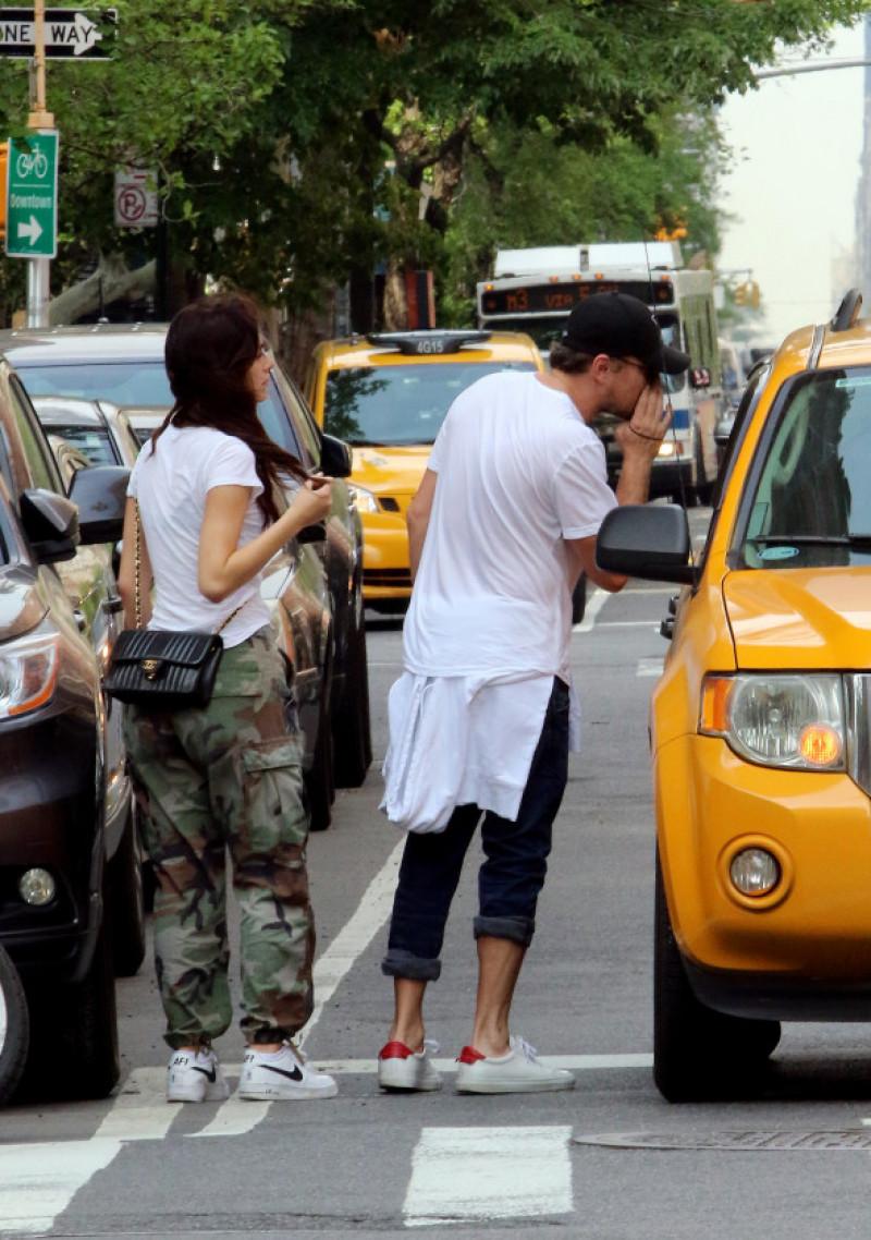 leonardo-dicaprio-camilla-morrone-taxi2-new-york-splash