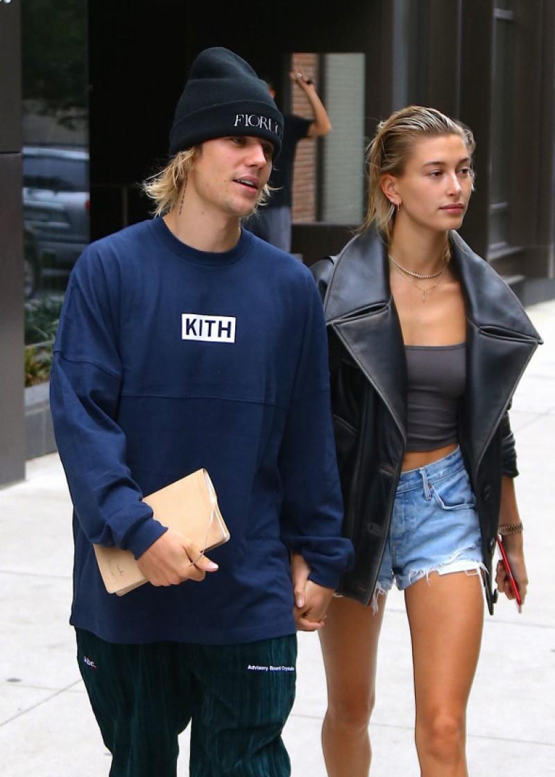 Hailey Baldwin sort de son domicile main dans la main avec son fiancé Justin Bieber dans le quartier de Brooklyn à New York