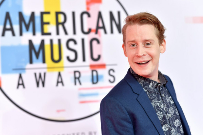 Macaulay Culkin covorul rosu American Music Awards 2018