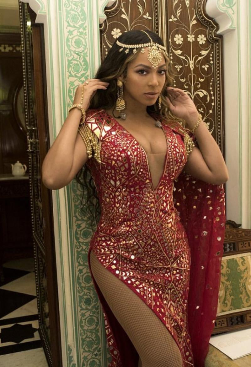 Beyonce rochie sexy decolteu