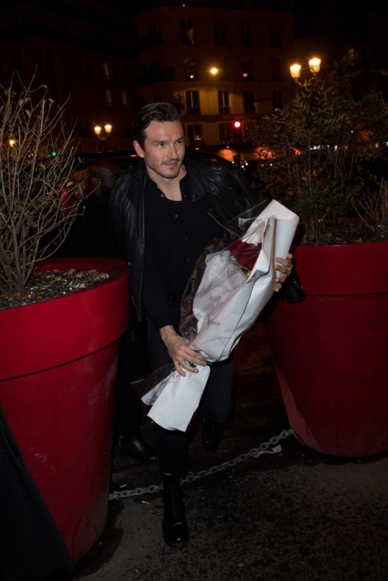 Pepe Munoz în fața la Moulin Rouge din Paris