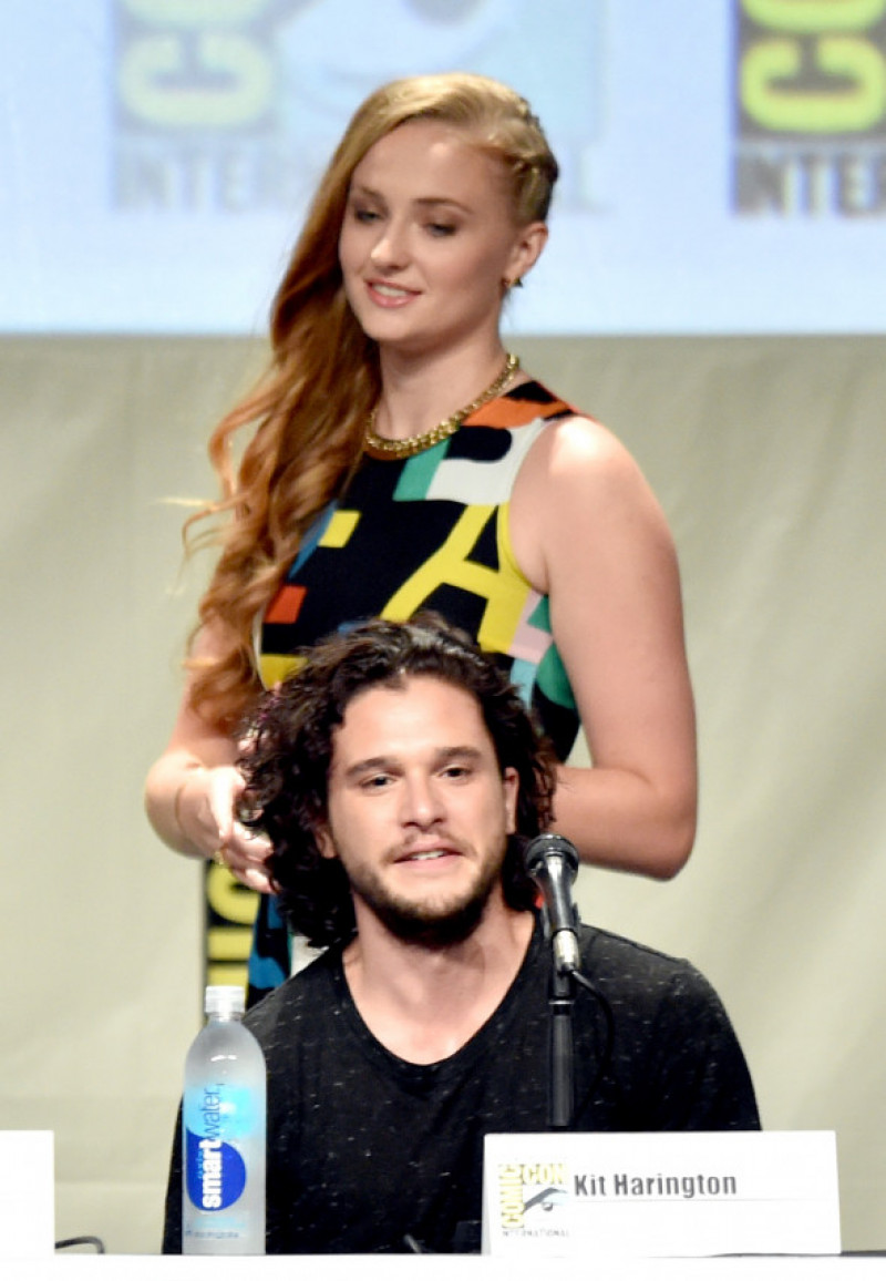Sophie Tirner alături de Kit Harington la Comic-Con International 2014