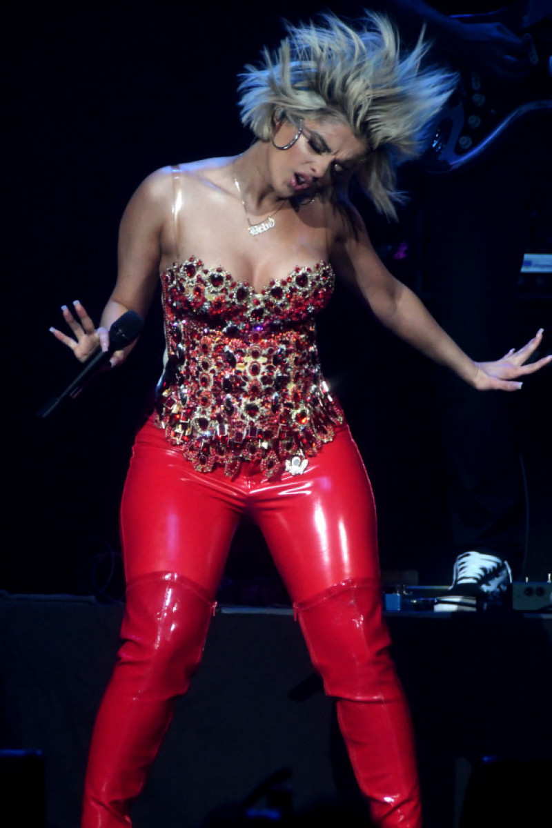 Bebe Rexha în timpul unui concert din Tampa