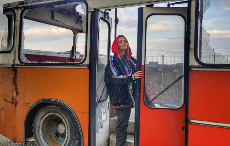 delia filmări într-un autobuz vechi