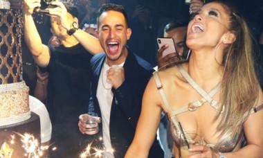"""Jennifer Lopez, într-o formă fizică de invidiat. Și-a arătat """"pătrățelele"""" de pe abdomen și a strâns 2 milioane de like-uri"""