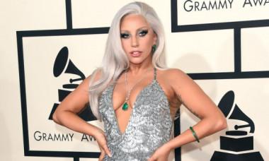 Lady Gaga, în cei mai scurți pantaloni, pe străzile din Malibu, alături de iubitul ei. Galerie foto