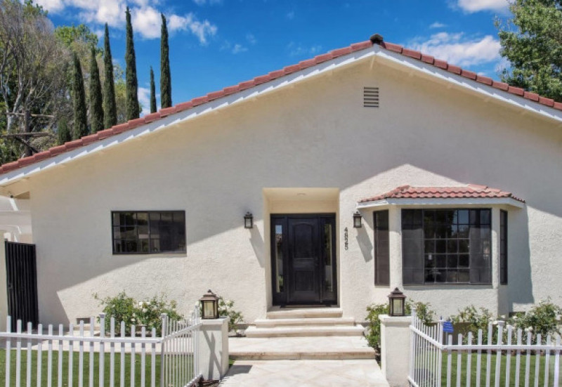 Jennifer Lopez and Alex Rodriguez have splashed out $1.4m on a small cottage in the Los Angeles of suburb of Encino in the San Fernando Valley.