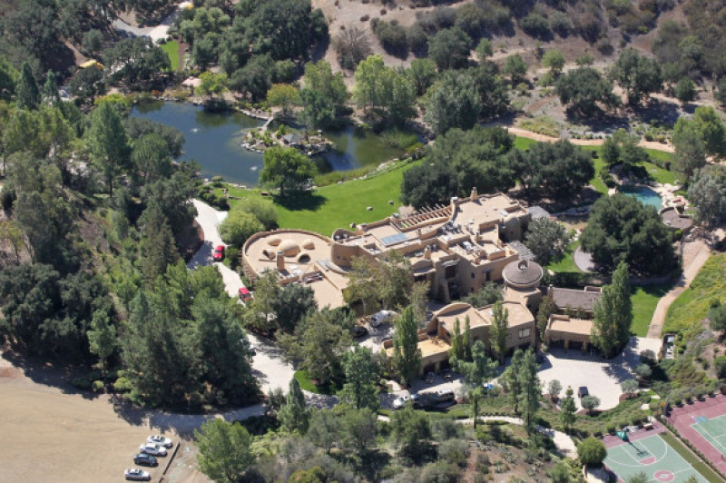 Will Smith and Jada Pinkett Smith own this sprawling and earthly Calabasas estate which features a 25,000-square-foot main house and it's own lake complete with paddle boats