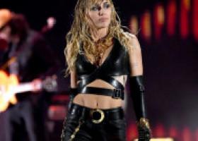 Miley Cyrus s-a dezbrăcat de inhibiții pe Instagram. În ce ipostaze controversate s-a lăsat filmată de data asta