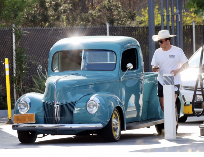 *EXCLUSIVE* New father Orlando Bloom gassing up his vintage Ford pickup truck