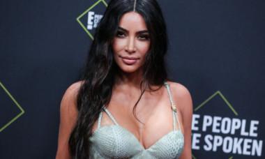"""Kim Kardashian a pozat în cea mai mulată ținută, pe """"mașina din altă lume"""": Acum doi ani postam despre această minunăție, iar acum e aici"""