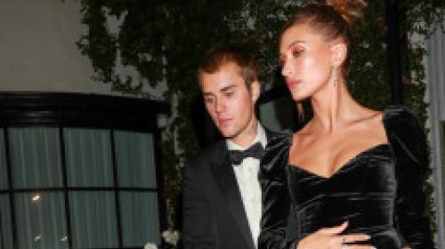 Hailey Bieber, răvășitoare într-o rochie de catifea cu inserții de mătase transparentă, care i-a pus în evidență formele