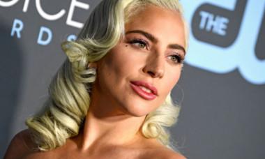 Lady Gaga a încins atmosfera pe rețelele sociale. Artista s-a filmat ieșind provocator din piscină, într-un costum de baie inedit