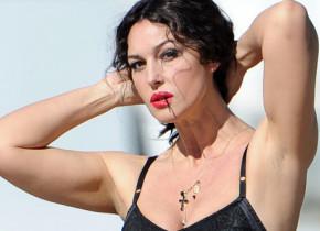 Monica Bellucci, surprinsă în vacanță, pe insulele din Grecia. Imagini cu superba actrița