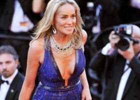 """Sharon Stone a pozat în costum de baie la 62 de ani. Silueta actriței i-a surprins pe fanii """"Basic Instinct"""""""