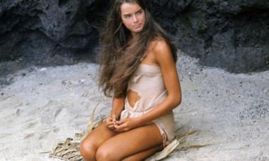 """Cum s-a lăsat fotografiată Brooke Shields la 40 de ani de la filmul """"Laguna Albastră"""". Așa arată acum în costum de baie"""