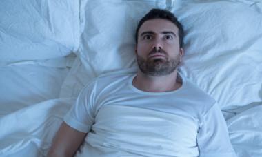 De ce tresari la scurt timp după ce ai adormit. Când este cazul să mergi la medic