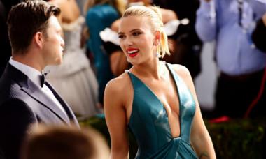 Rochia cu decolteu amplu care l-a înmărmurit pe iubitul ei. Scarlett Johansson, provocatoare la SAG