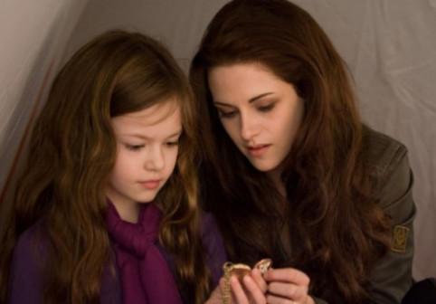 Fetița jumătate om, jumătate vampir din Twilight, superbă la 19 ani. Transformarea micuței Renesmee este impresionantă