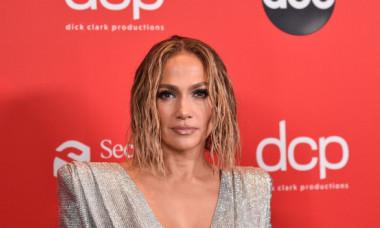 Jennifer Lopez, apariție irezistibilă la American Music Awards. Ținuta îmbrăcată de artistă a lăsat la vedere tot