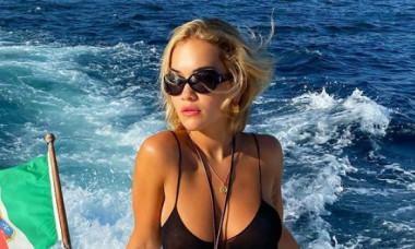 Rita Ora, irezistibilă într-un costum de baie decupat. Cum arată corpul vedetei fără niciun filtru