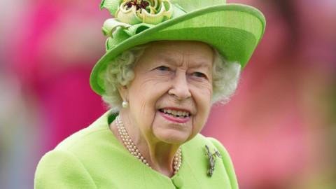 Noi dezvăluiri despre regina Elisabeta a II-a după ce a fost fotografiată mergând cu ajutorul unui baston. Ce i-au interzis medicii