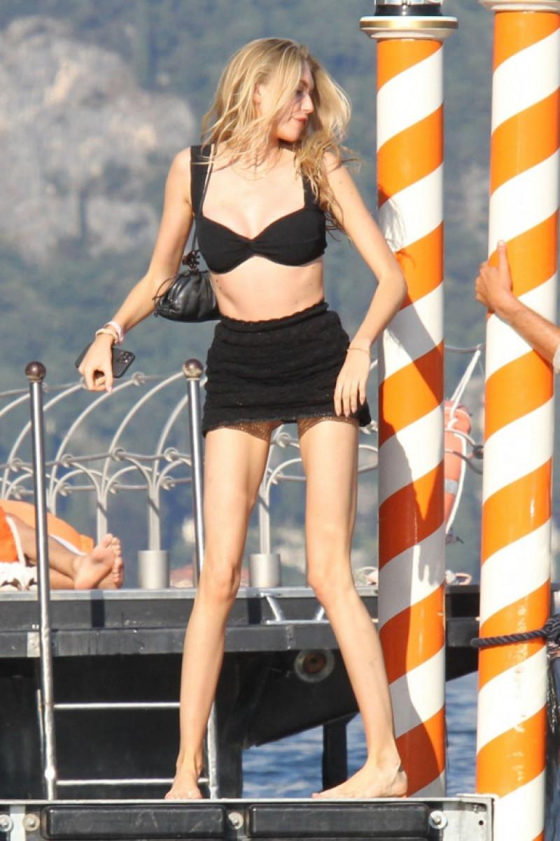 Eve Jobs plimbare cu barca pe lacul Como