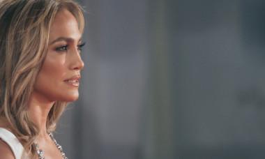 Jennifer Lopez, cu abdomenul la vedere pe străzile din Los Angeles. Actrița în vârstă de 52 de ani arată senzațional