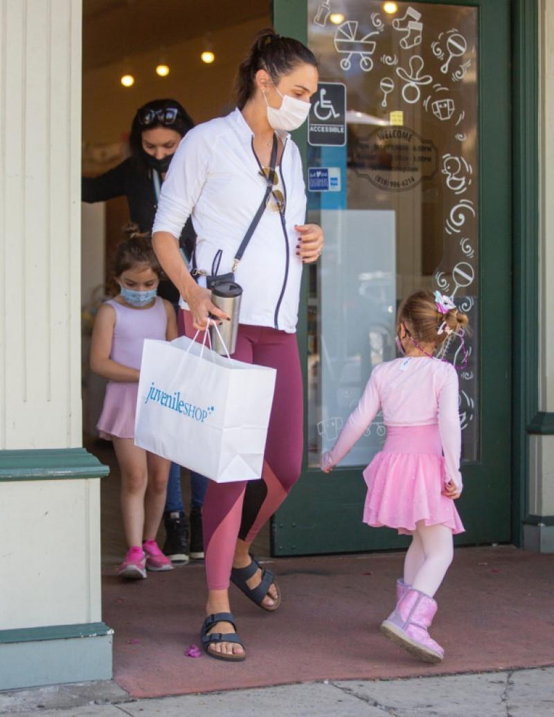 Gal Gadot, la plimbare cu fetițele ei / Foto: Profimedia