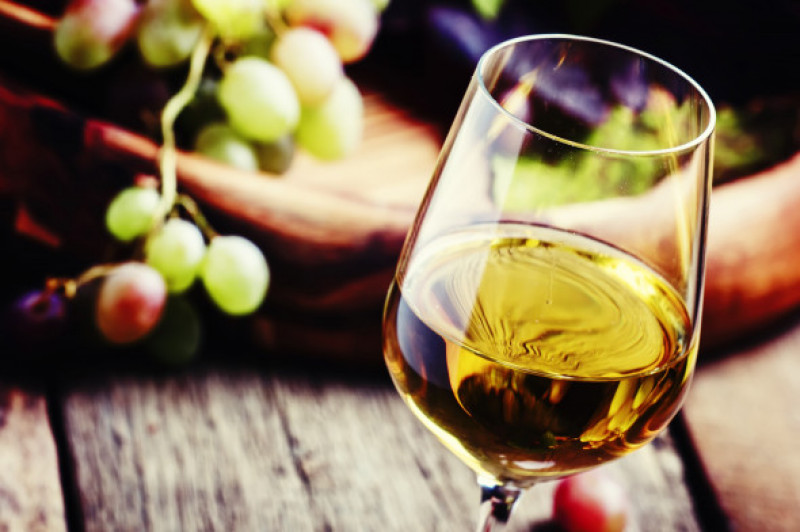 White,Wine,In,A,Glass,With,Fall,Grapes,,Old,Wooden