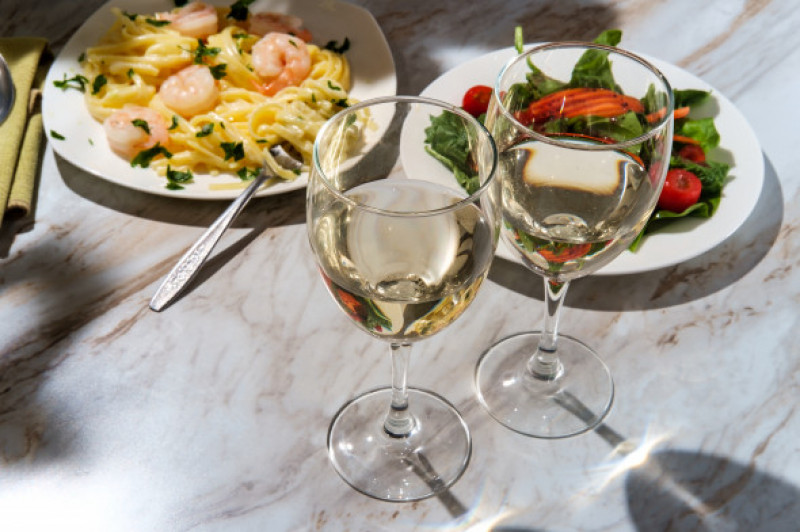 Romantic,Italian,Dinner,With,Two,Glasses,Of,Pinot,Grigio,White