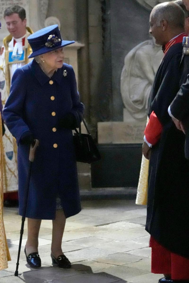 Regina Elisabeta a II-a, surprinsă în timp ce mergea folosind un baston