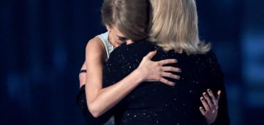 Mama artistei Taylor Swift a fost diagnosticata cu o tumora cerebrala!